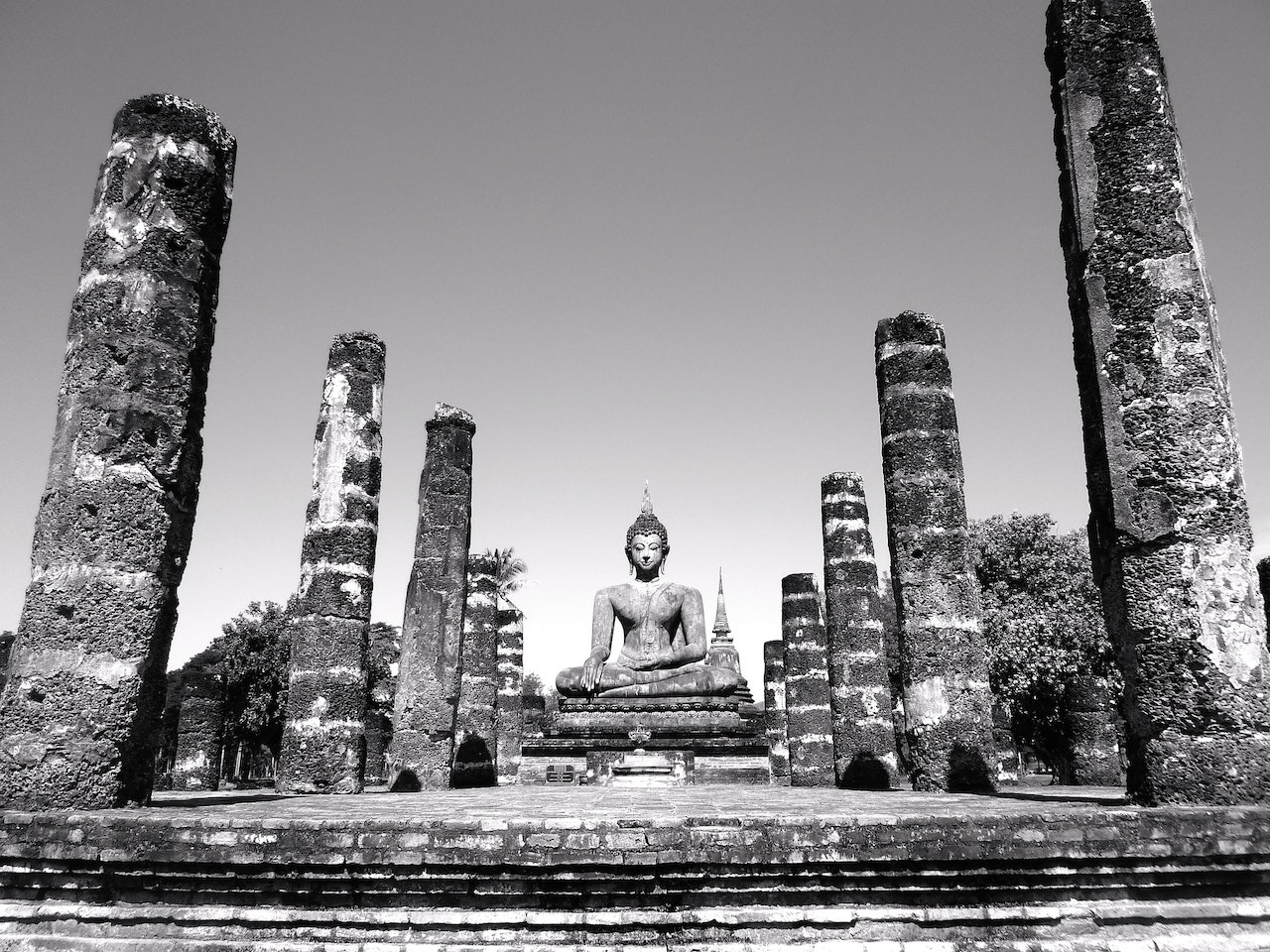 Greyscale picture of a Buddha statue
